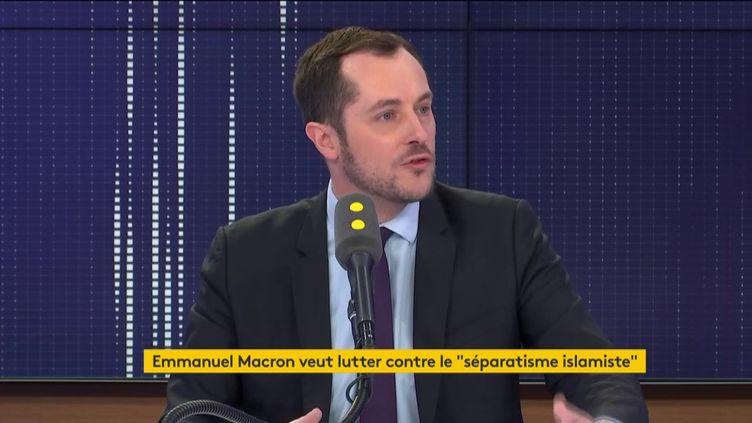 """Nicolas Bay, député européen du Rassemblement national, était l'invité du """"8h30 franceinfo"""", jeudi 20 février (capture écran). (FRANCEINFO / RADIOFRANCE)"""