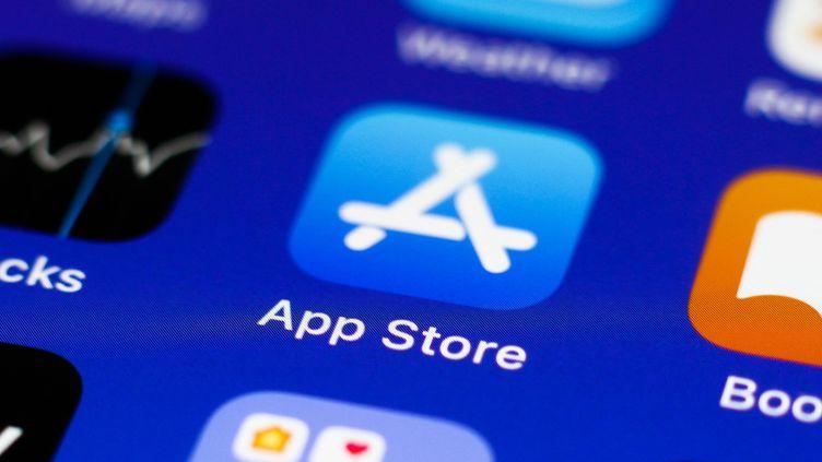 L'icône de l'App Store, le magasin d'applications de Apple, sur un iPhone. (JAKUB PORZYCKI / NURPHOTO / AFP)
