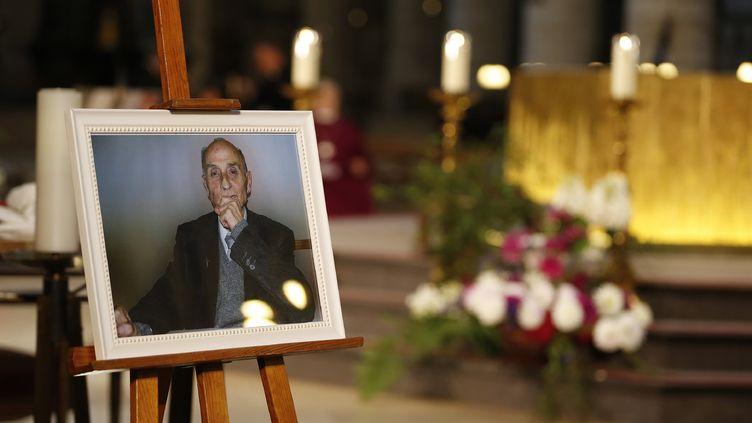 Le portrait du père Hamel est exposé dans la cathédrale de Rouen (Seine-Maritime), le 2 août 2016, lors des obsèques du prêtre tué par deux jihadistes. (CHARLY TRIBALLEAU / AFP)