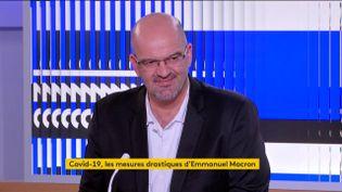 Le docteur Damien Mascret et l'économiste Cédric Durand étaient sur le plateau du 23h, jeudi 12 mars, pour analyser les mesures annoncées par Emmanuel Macron. (FRANCEINFO)