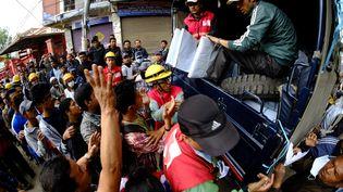 De très nombreux habitants de Katmandou se retrouvent sans toit. Les secours leur distribuent des tentent en plastique pour se mettre à l'abri tant bien que mal. (SUNIL PRADHAN / ANADOLU AGENCY / AFP)