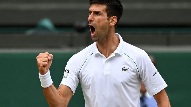 Novak Djokovic s'est qualifié en finale de Wimbledon en dominantDenis Shapovalov en trois sets, vendredi 9 juillet. (GLYN KIRK / AFP)