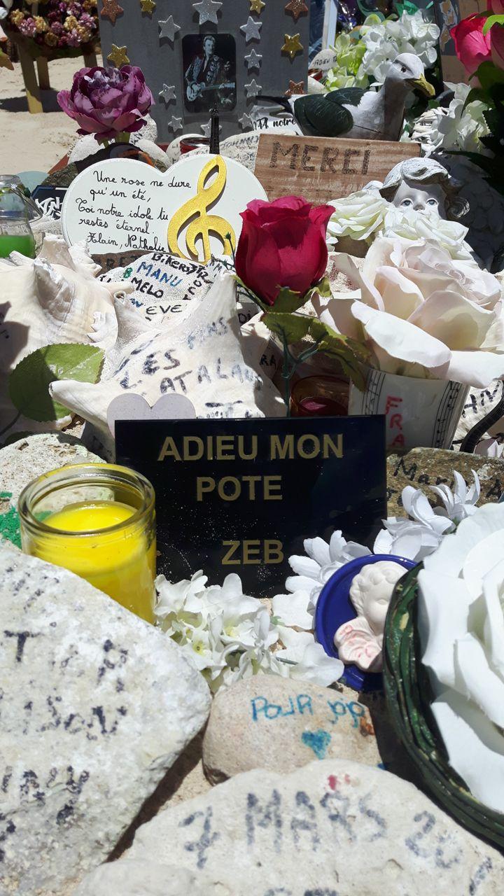 Des hommages à Johnny Hallyday sur sa tombe, en mai 2018. (JÉRÔME VAL / RADIO FRANCE)