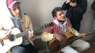 Lopes et Blaise, deux des trois membres de 47Ter à la guitare, pour une session improvisée chez l'habitant. (Yann Bertrand, Radio France)