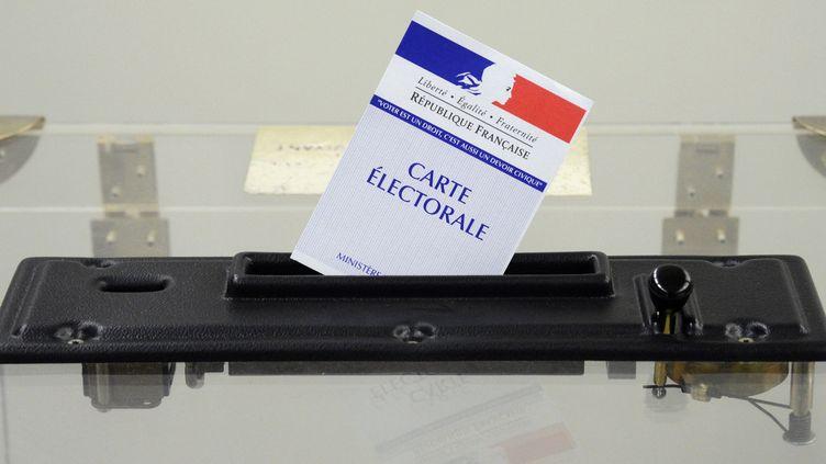 Dans un bureau de vote, en avril 2012, à Rennes (Ille-et-Vilaine). (DAMIEN MEYER / AFP)
