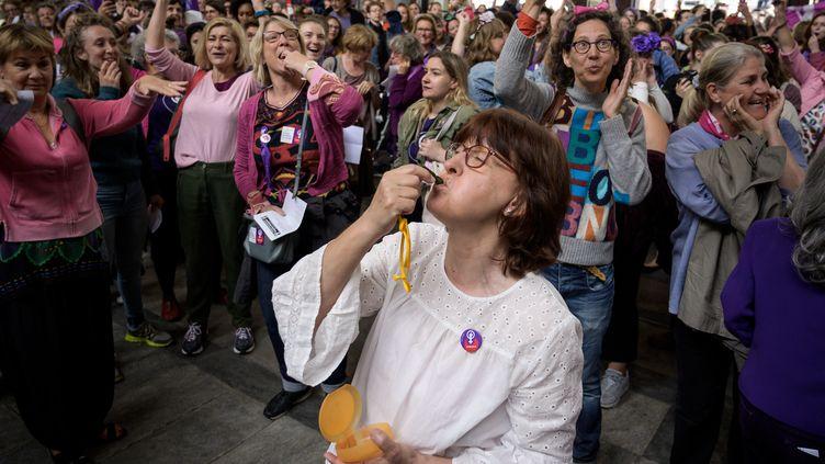 Des manifestantes suisses se mobilisent pour l'égalité effective entre les femmes et les hommes, le 14 juin 2019 à Berne. (FABRICE COFFRINI / AFP)