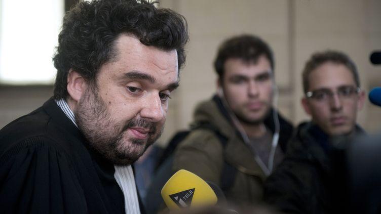 Me Thomas Klotz, avocat ducyber-jihadiste français Siyad Al-Normandy, s'exprime face aux médias, le 4 mars 2014. (MARTIN BUREAU / AFP)