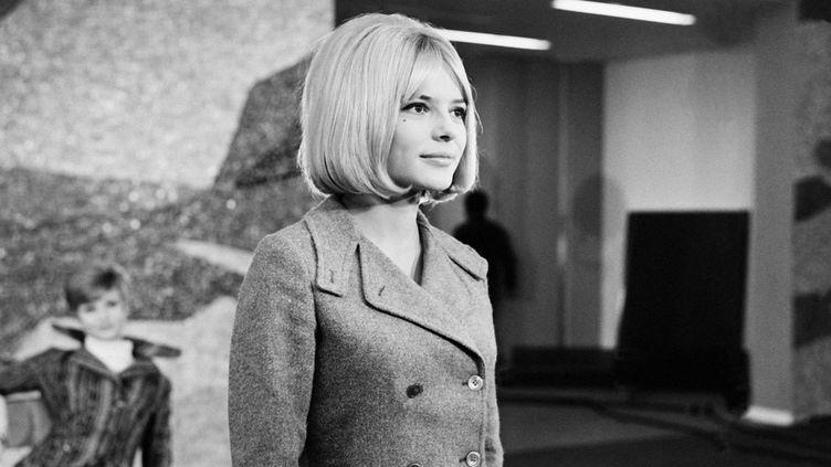 """La chanteuse France Gall lors de l'enregistrement de l'émission télévisée """"Douce France"""", 1965  (Bernard Pascucci / Ina)"""