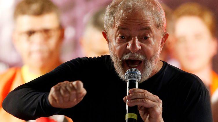 L'ancien président brésilien Luiz Inacio Lula da Silva durant un meeting àCuritiba (Brésil), le 28 mars 2018. (RODOLFO BUHRER / REUTERS)