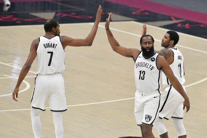Le trio de stars des Brooklyn Nets Kevin Durant, James Harden et Kyrie Irving (de gauche à droite) lors d'une rencontre chez les Cleveland Cavaliers le 20 janvier 2021 (JASON MILLER / GETTY IMAGES NORTH AMERICA / VIA AFP)