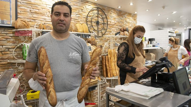 Le boulangerMakram Akrout, qui a remporté la 28e édition du Grand prix de la meilleure baguette de Paris, pose dans sa boulangerie le 25 septembre 2021. (JOAO LUIZ BULCAO / HANS LUCAS / AFP)