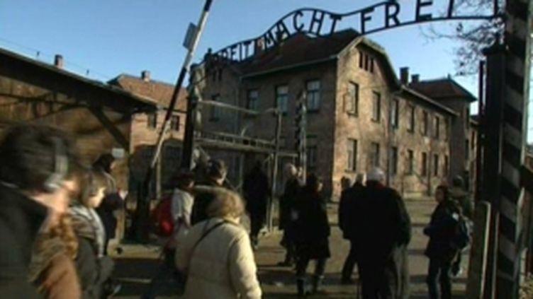 """L'inscription """"Arbeit macht frei"""" surplombe l'entrée du camp de concentration d'Auschwitz (F3NPDCP)"""