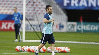 Mathieu Valbuena s'échauffe avec l'équipe de France, le 7 octobre 2015, à Nice (Alpes-Maritimes). (VALERY HACHE / AFP)