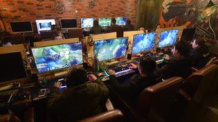 Des jeunes gens jouent en ligne dans un café internet àFuyang (Chine). Photo d'illustration. (AN MING / MAXPPP)