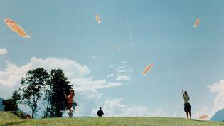 La Biennale d'art contemporain de Lyon met la ville en apesanteur du 20 septembre au 7 janvier 2018 - Extrait de la Performance deShimabuku, When sky was sea, à Paris en 2002  (Alchemy /Biennale d'art contemporain de Lyon )