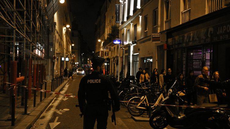 Un policier dans le quartier de l'Opéra, dans le 2e arrondissement de Paris, le 12 mai 2018, après un attentat au couteau. (ANTHONY DEPERRAZ / CROWDSPARK / AFP)