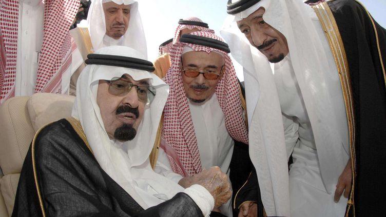Le roi Abdallah d'Arabie saoudite, saluant son demi-frère et sucesseurSalmane Ben Abdel Aziz Al-Saoud, le 22 novembre 2010, à Riyad (Arabiesaoudite). ( AP / SIPA )
