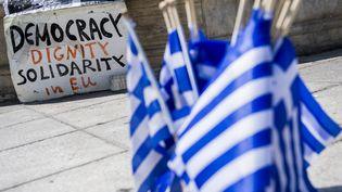 Une pancarte demande de la démocratie, de la solidarité et de la dignité en Europe, le 1er juillet 2015, sur la place Syntagma à Athènes (Grèce). (LAURIE DIEFFEMBACQ / BELGA MAG)