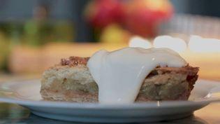 Mercredi 17 mars, France 2 vous présente la fameuse tarte aux pommes anglaise appelée Apple pie. Ce dessert savoureux daterait de la fin duXIVèmesiècle. Elle continue d'être très prisée en Angleterre. (France 2)