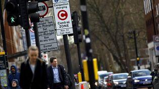 Un panneau routier indiquant la présence d'un péage urbain à Londres (Grande-Bretagne), le 1er février 2018. (TOLGA AKMEN / AFP)