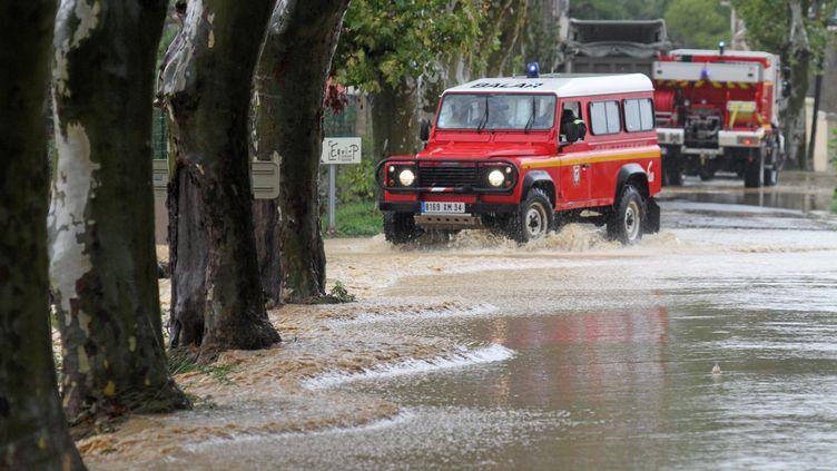 Des pompiers interviennent dans le village de Plaissan (Hérault), après d'importants orages, lundi 29 septembre 2014. (MAXPPP)