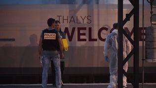 Des enquêteurs travaillent en gare d'Arras, après une attaque à bord d'un train Thalys, vendredi 21 août 2015. (PHILIPPE HUGUEN / AFP)