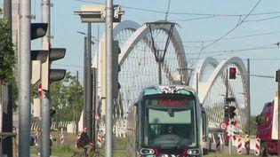 Le tramway de Strasbourg peut de nouveau franchir le Rhin. À l'arrêt depuis le 16mars, la liaison avec la ville frontière de Kehl, en Allemagne, est rétablie depuis mardi 26mai pour les déplacements professionnels, médicaux et familiaux. (France 2)