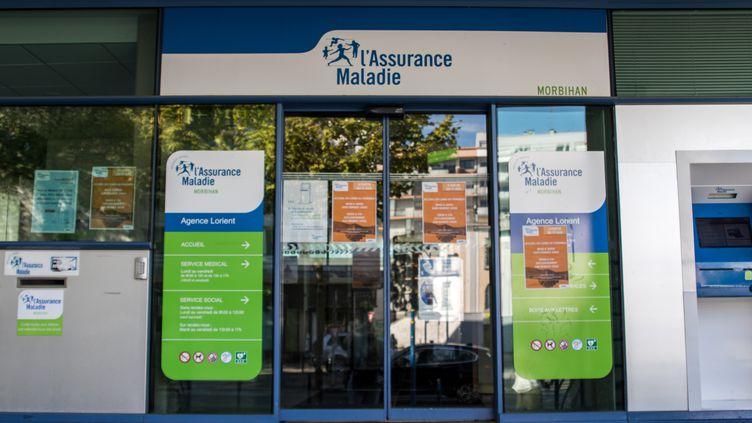 L'entrée des locaux de l'Assurance maladie à Lorient (Morbihan), le 13 août 2019. (MAUD DUPUY / HANS LUCAS / AFP)