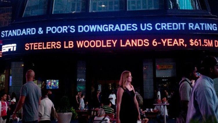 Times Square, New York, le 5 août 2011: Bandeau ABC News indiquant que Standard & Poor's a baissé la note AAA des USA. (Andrew Burton/Getty Images/AFP)