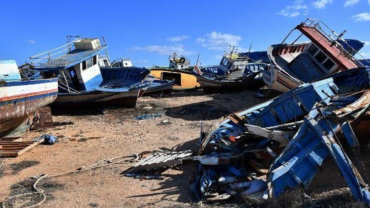 Le cimetière de bateaux de l'île italienne de Lampedusa, où sont remisées les épaves qui ont servi aux migrants africains à traverser la Méditerranée. Photo prise le 27 septembre 2018. (Alberto PIZZOLI/AFP)