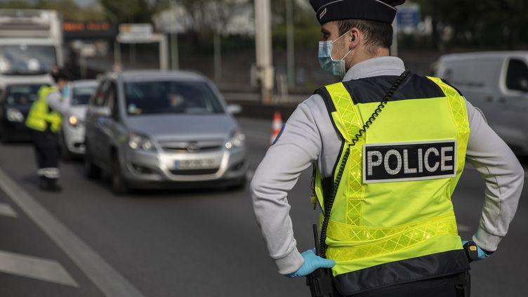 Lors d'un contrôle de police sur le périphérique parisien, le 11 avril 2020 (photo d'illustration). (THOMAS SAMSON / AFP)