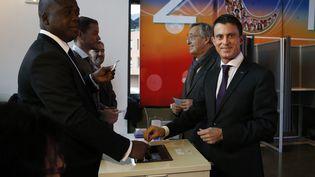 Manuel Valls vote à Evry (Essonne) lors du premier tour des élections régionales, le 6 décembre 2015. (THOMAS SAMSON / AFP)