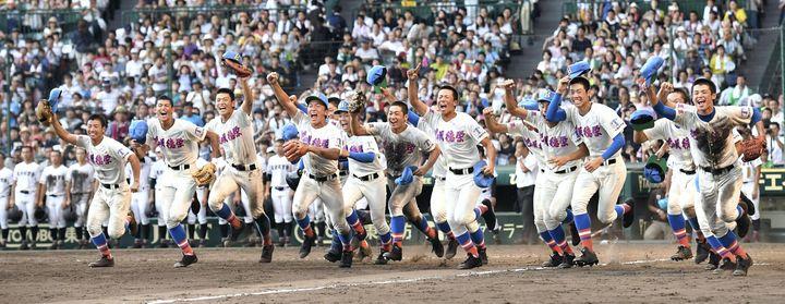 Les lycéens d'Hanasakitokuharu célèbrent leur titre au Koshien d'été en 2018 (MOTOKI NAKAJIMA / YOMIURI)