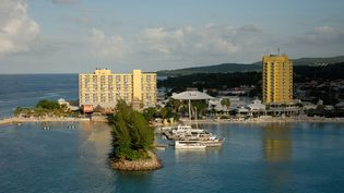 """Un hôtel de luxe des Iles Caïmans, pays dénoncé comme étant un """"paradis fiscal"""". (PHOTONONSTOP / AFP)"""