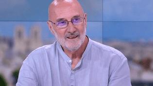 """Yves Leers, journaliste spécialiste de l'environnement et co-auteur de """"Ça chauffe dans nos assiettes, 18 recettes pour sauver le climat"""" (FRANCE 2)"""