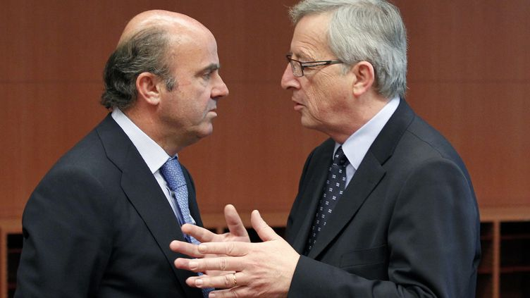 Le président de l'eurogroupe Jean-Claude Juncker (à dr.) et le ministre de l'Economie espagnol,Luis de Guindos, lors d'une réunion à Bruxelles, le 14 mai 2012. (FRANCOIS LENOIR / REUTERS)