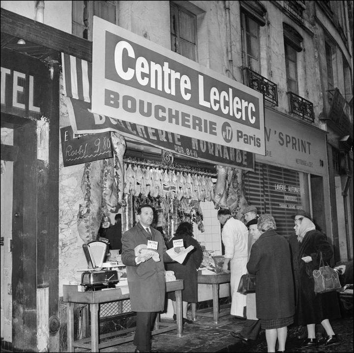 Edouard Leclerc, le 17 février 1963, devant sa première boucherie à Paris. (AFP)