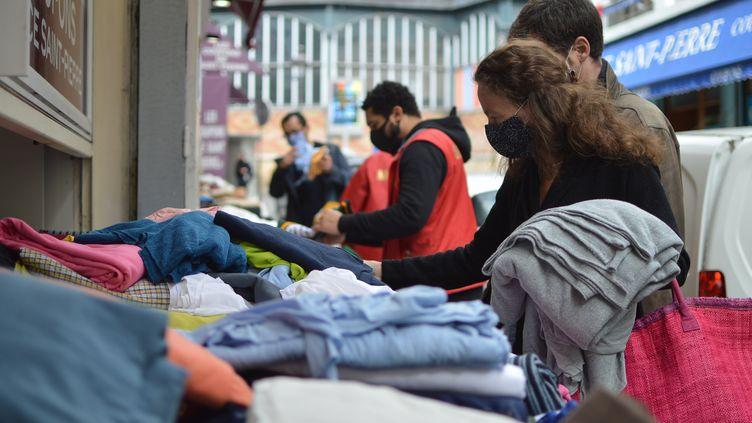Au marché aux tissus de Saint-Pierre, au pied de la butte Montmartre, à Paris, les boutiques sont prises d'assaut pour la confection de masques de protection. (RADIO FRANCE / VICTOR VASSEUR)