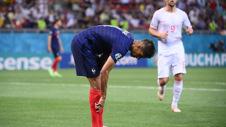 Raphaël Varane contre la Suisse, le 28 juin 2021. (FRANCK FIFE / POOL / AFP)