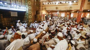 Des fidèles soudanais assistent au troisième sermon hebdomadaire du vendredi et aux prières du ramadan, dans une mosquée de la capitale Khartoum, le 24 mai 2019. (ASHRAF SHAZLY / AFP)