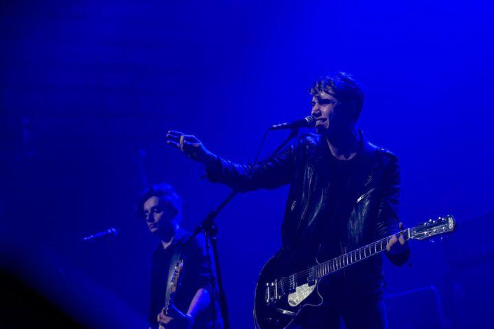 Le chanteur-guitariste et le bassiste de Last Train le 11 nov 2015 Casino de Paris.  (Nathalie Guyon / Studio France Télévisions)