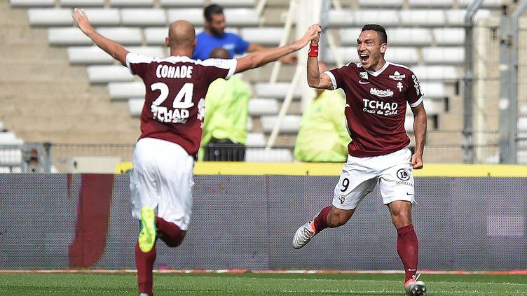 Mevlut Erding, l'attaquant du FC Metz, félicité par son coéquipier Renaud Cohade (JEAN-SEBASTIEN EVRARD / AFP)