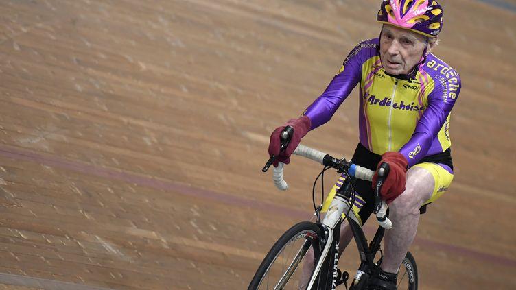 Le cycliste centenaire français Robert Marchand, 106 ans, parcourt un 4000 mètres à vélo sur la piste de Saint-Quentin-en-Yvelines le 11 février 2018. (ERIC FEFERBERG / AFP)