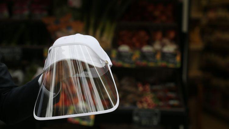 Une visière pour essayer de se protéger du coronavirus. (CYRIL DODERGNY / MAXPPP)
