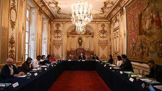La ministre de la transition écologique, Barbara Pompili, le Premier ministre, Jean Castex, et le ministre délégué aux relations avec le Parlement, Marc Fesneau, lors d'une réunion avec les représentants de la Convention citoyenne pour le climat à l'hôtel Matignon, à Paris, le 30 septembre 2020. (CHRISTOPHE ARCHAMBAULT / AFP)