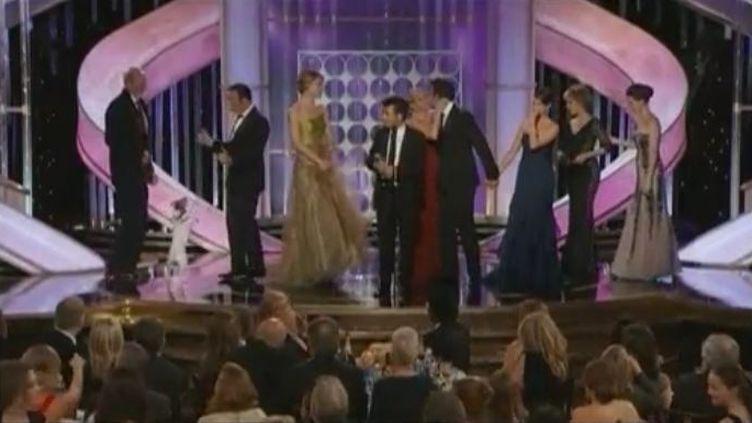 """L'équipe de""""The Artist"""" sur la scène des Golden Globes, à Beverly Hills (Etats-Unis), le 15 janvier 2012. (FTVi / REUTERS)"""