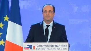 François Hollande a annoncé la libération des otages enlevés au Niger en 2010, le 29 octobre 2013 à Bratislava (Slovaquie). ( FRANCE 2 / FRANCETV INFO)