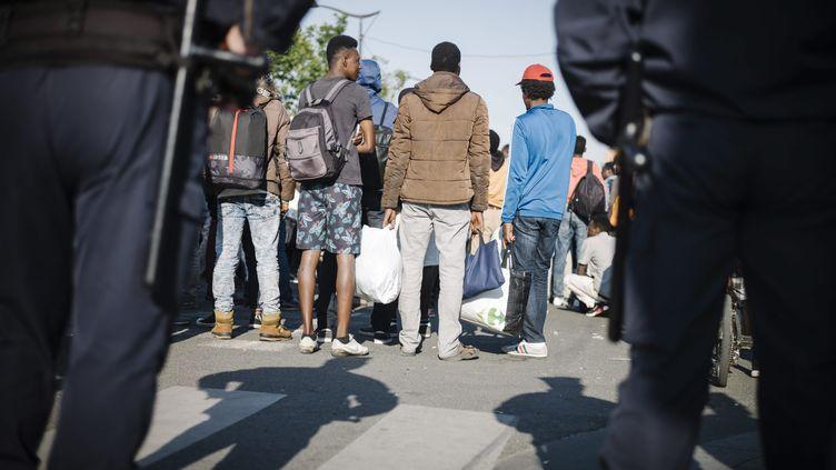 Un campement de migrants à la porte de La Chapelle, à Paris, évacué en juillet 2017 (ARNAUD DUMONTIER / MAXPPP)