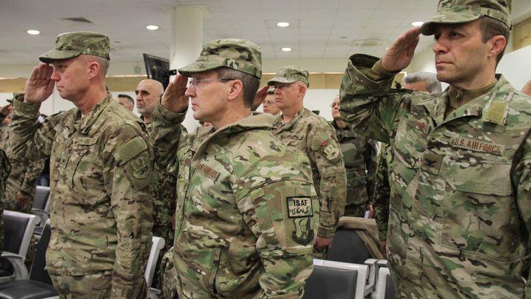 Des soldats américains participent à la cérémonie organisée à l'aéroport de Kaboul (Afghanistan) pour marquer la fin de la présence militaire française dans le pays, le 31 décembre 2014. (HAROON SABAWOON / ANADOLU AGENCY / AFP)