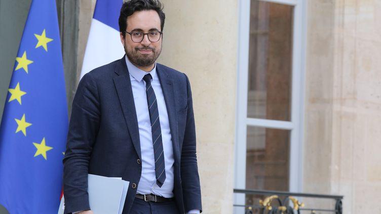 Le secrétaire d'Etat chargé du Numérique,Mounir Mahjoubi, à sa sortie du conseil des ministres sur le perron de l'Elysée à Paris, le 11 avril 2018. (LUDOVIC MARIN / AFP)